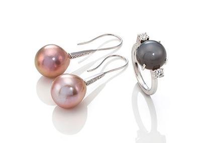 Perlenohrschmuck und Ring mit Mondstein